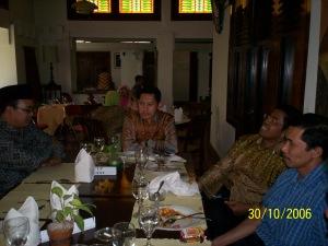 Di Restoran Roemahkoe Solo dari kiri M Alfan Alfain, Anas Urbaningrum, Idrus Marham, Dwiki Setiyawan