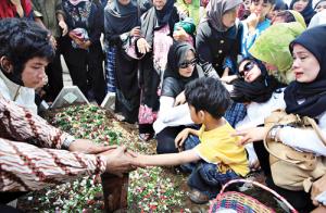 Pemakaman Almarhum Nasrudin Zulkarnaen credit foto: http://www.wartakota.co.id