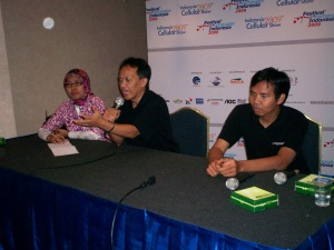 dari kiri ke kanan Novrita, Pepih Nugraha dan Iskandar Jet (dwiki dok files)