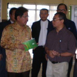 kanan Adib Zuhairi &  Menteri BUMN RI Sofyan Djalil (http://bmt-tumang.blogspot.com)
