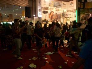 Lalu Lalang Pengunjung FKI-ICS 2009 JHCC Jakarta (dwiki dok files)
