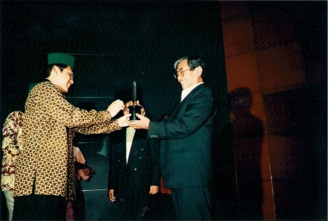 Nurcholish Madjid: Menghadirkan Islam Yang Ramah (dwiki dok) Penyerahan HMI Award Oleh Anas Urbaningrum