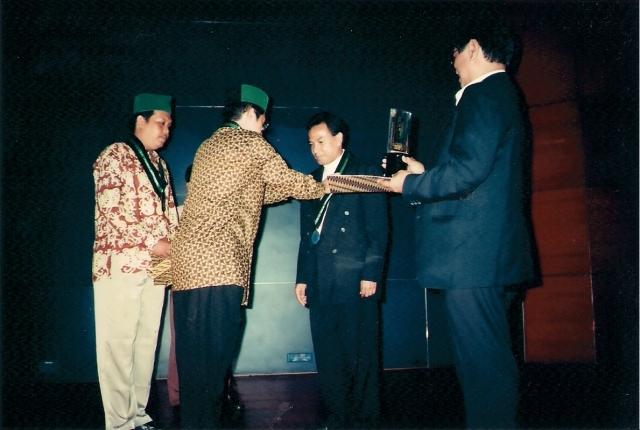 Nurcholish Madjid: Menghargai Lawan Bicara (dwiki dok) Anas Urbaningrum Menyerahkan Piagam Penghargaan Pada Almarhum DR Victor Tanja