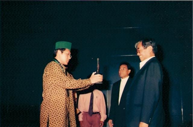 Nurcholish Madjid Senyum Khas Tak Terlupakan (dwiki dok) Penyerahan HMI Award Oleh Anas Urbaningrum