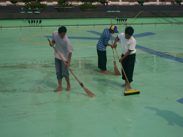 Pekerja Bersihkan Kolam Renang Kompleks DPR-RI (dwiki dok)