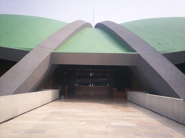 Pintu Utama Gedung Nusantara DPR-RI (dwiki dok)