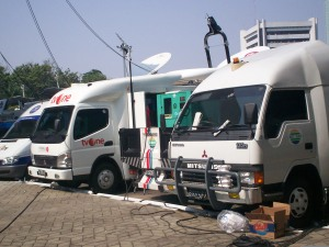 Deretan Mobil Operasional Peliput Rapat Paripurna DPR-RI 3 Agustus 2009 (dwiki dok)