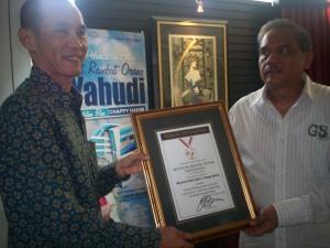 Penyerahan Piagam Muri Bloggger Kompasiana Chappy Hakim (dwiki dok)