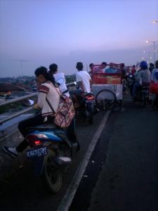 Jelang Buka Puasa di Jembatan Layang Pasar Rebo Jaktim (dwiki dok)