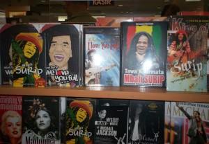 Display Buku-buku Mbah Surip di Toko Buku Gramedia Cijantung (dwiki file)