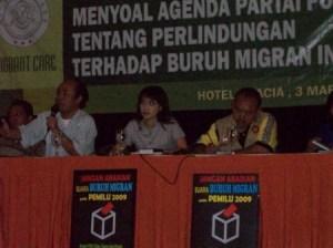 tengah Nova Riyanti Yusuf Diskusi Buruh bersama Wahyu Susilo (http://noriyu.wordpress.com)