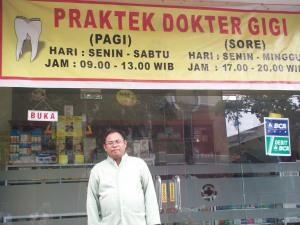 dr Prasetyo Widho Buwono Sp Pd Berpose di Depan Klinik Utama (dwiki file)
