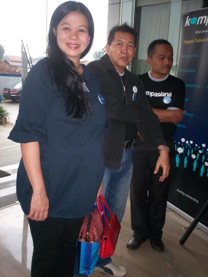 Peluncuran Buku Intelijen Bertawaf dari kiri Mariska Lubis, Honny, dan Syaifuddin Sayuti (dwiki file)