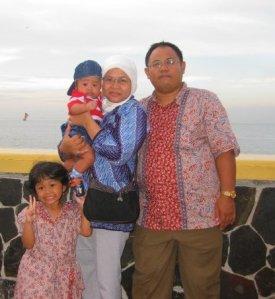 dr Prasetyo Widhi Bubowo SpPD beserta keluarga (koleksi foto dr Pras)