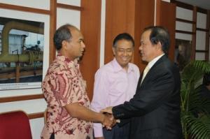 kanan berjas Ibrahim Hasyim (http://www.bphmigas.go.id)