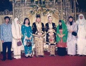 Pernikahan Anas Urbaningrum dari kiri Dwiki, Mariam, Anas, Tia, Iim, Yanti Susanti dan Ita Konita  PB HMI Periode 1997-1999 (Koleksi Pribadi)