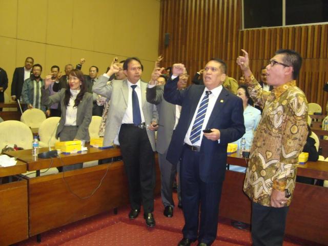 Rapat Pleno FPG DPR-RI 3 Maret 2010 03 tampak gambar dari kanan Agun Gunandjar Sudarsa dan Chairuman Harahap (Dwikis Dok)