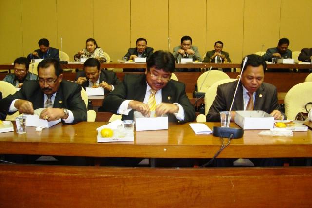 Rapat Pleno FPG DPR-RI 3 Maret 2010 06 tampak depan dari kanan Roem Kono dan Ibnu Munzir (Dwikis Dok)