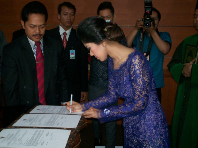 Meutya Hafid Menandatangani Berkas Acara Pelantikan (Foto: Dwikis)
