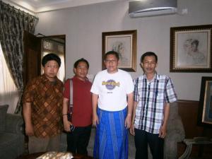 dari kiri ke kanan: Abdul Kholiq, Muhlis Ali, Anas Urbaningrum dan Dwiki Setiyawan
