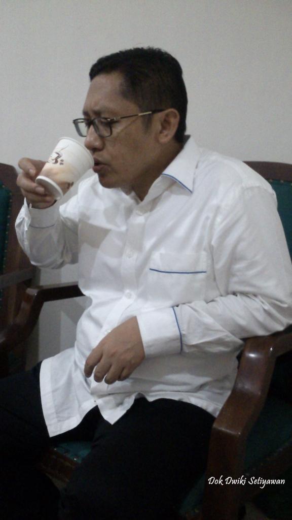 anas-urbaningrum-penggemar-kopi